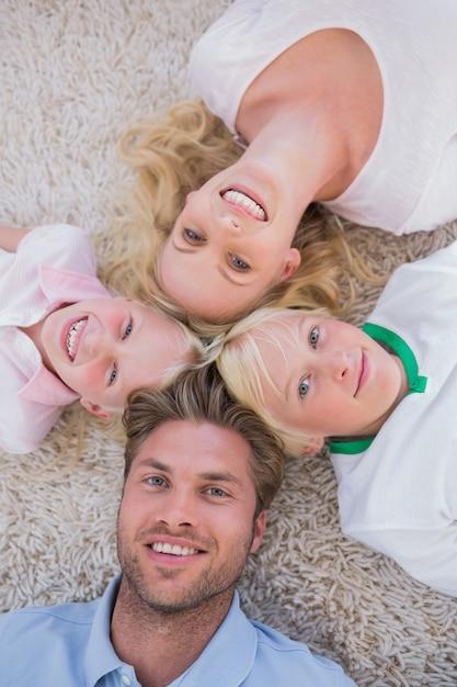 Famille couchée en cercle Photo Premium