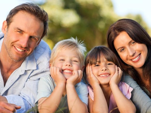 Famille couchée dans le parc Photo Premium