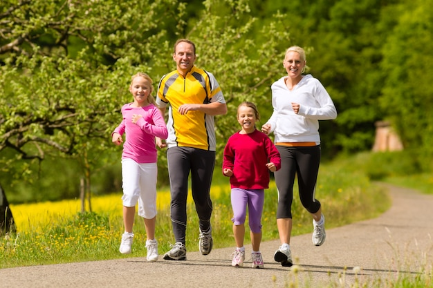 Famille courant dans le pré pour le sport Photo Premium