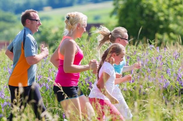 Famille courir pour une meilleure condition physique en été Photo Premium