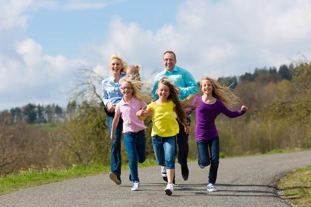 La famille court dehors Photo Premium