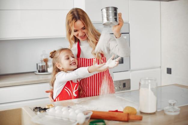 Famille cuire la pâte pour les cookies Photo gratuit