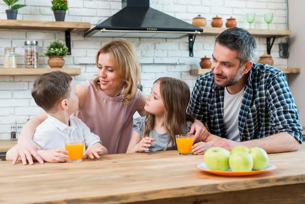 Famille à la cuisine Photo gratuit