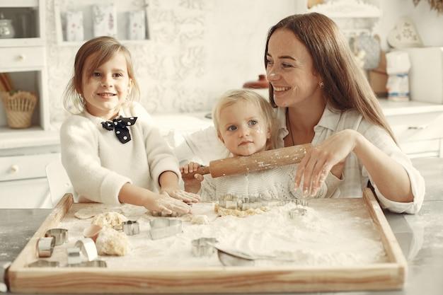 Famille Dans Une Cuisine. Belle Mère Avec Petite Fille. Photo gratuit