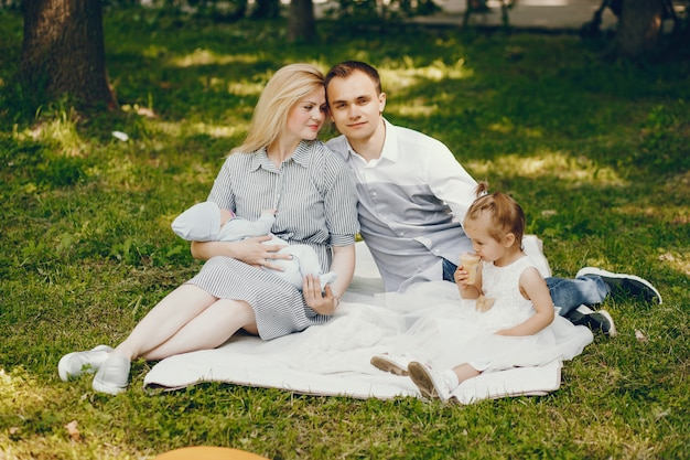 Famille dans un parc d'été Photo gratuit