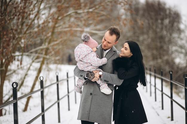 Famille Dans Le Parc En Hiver Avec Bébé Fille Photo gratuit