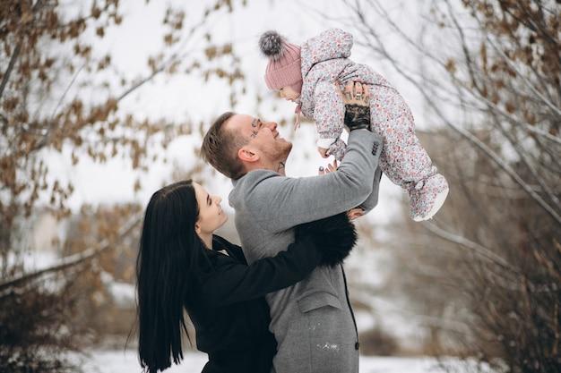 Famille Dans Le Parc En Hiver Avec Sa Fille Photo gratuit