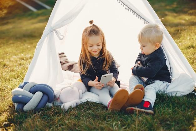 Famille dans un parc jouant sur l'herbe Photo gratuit