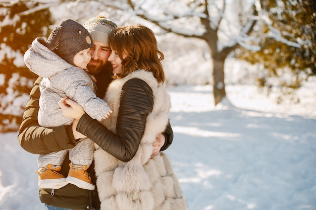 Famille dans un parc Photo gratuit