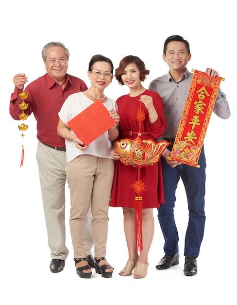 Famille avec décorations traditionnelles Photo gratuit