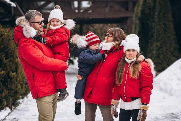 Famille dehors en hiver Photo gratuit