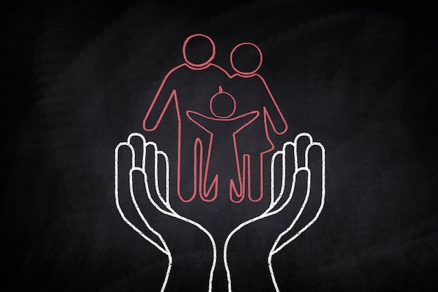 Famille Dessiné Sur Un Tableau Noir Sur Certaines Mains Photo gratuit