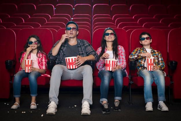 Famille de différentes générations au cinéma Photo gratuit