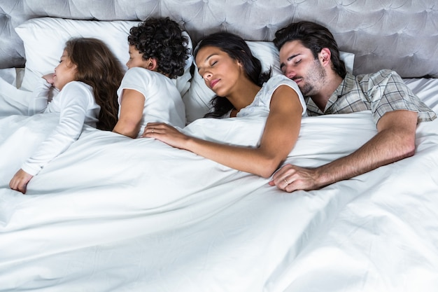 Famille dormir ensemble Photo Premium