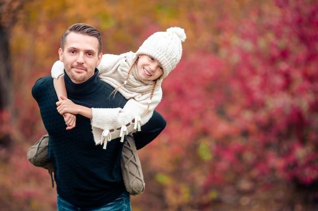 Famille du père et de l'enfant sur une belle journée d'automne dans le parc Photo Premium