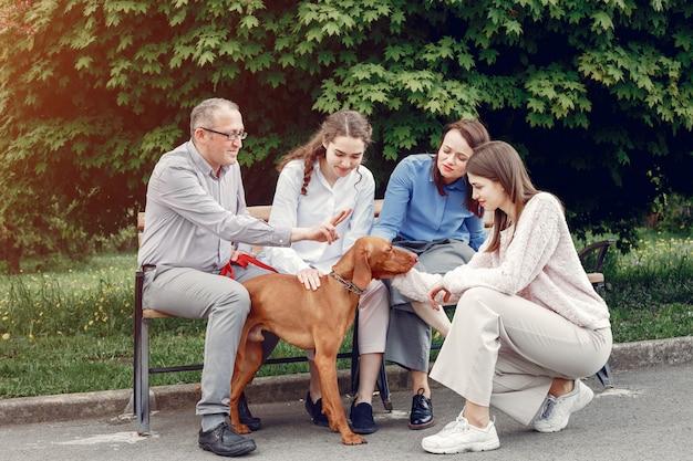 Famille élégante passer du temps dans un parc d'été Photo gratuit