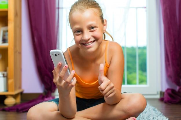 Famille, enfant avec cellulaire ou smartphone Photo Premium