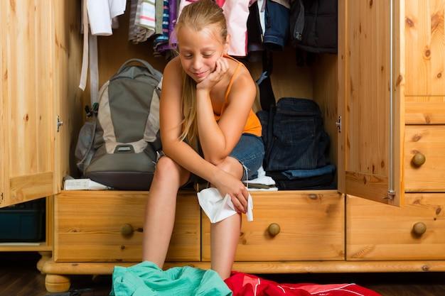 Famille, enfant devant son placard ou sa garde-robe Photo Premium