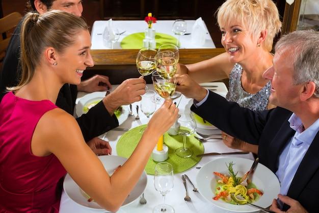 Famille avec enfants adultes au restaurant Photo Premium
