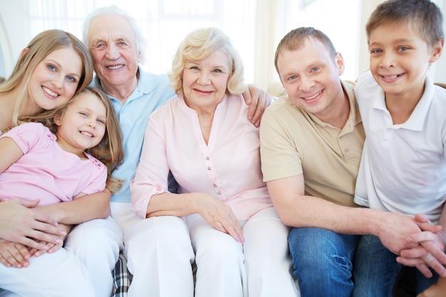 Famille enthousiaste dans le salon Photo gratuit