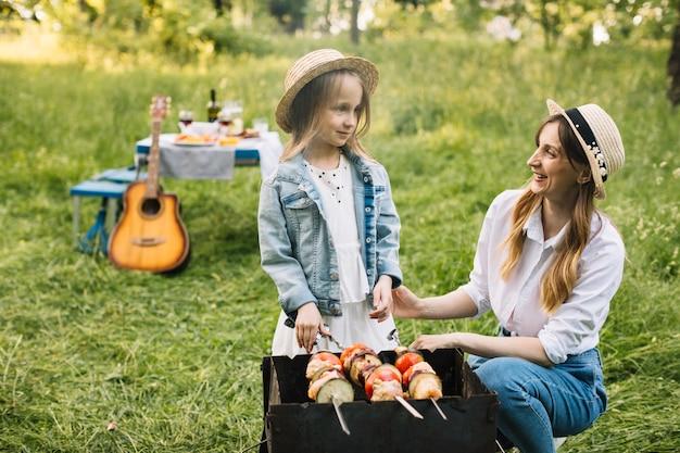 Famille faisant un barbecue dans la nature Photo gratuit
