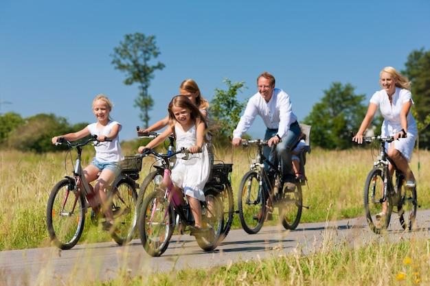 Famille faisant du vélo en plein air en été Photo Premium