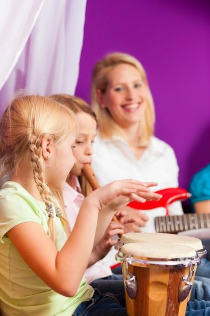 Famille faisant de la musique à la maison Photo Premium