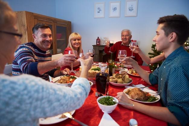 Famille Faisant Un Toast Pour Une Bonne Année Photo gratuit