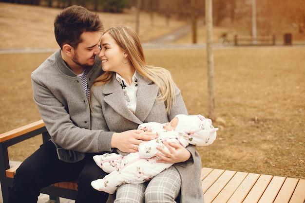 Famille avec fille dans un parc en automne Photo gratuit