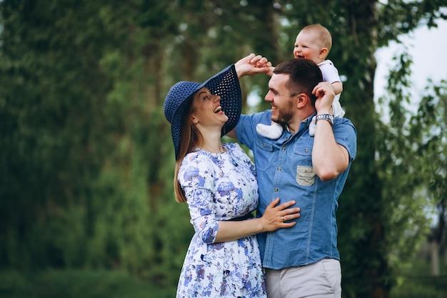 Famille avec fille enfant en bas âge Photo gratuit