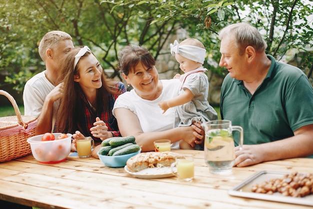 Famille Avec Fille Jouant Dans La Cour Photo gratuit