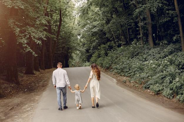 Famille avec fille jouant dans un parc Photo gratuit