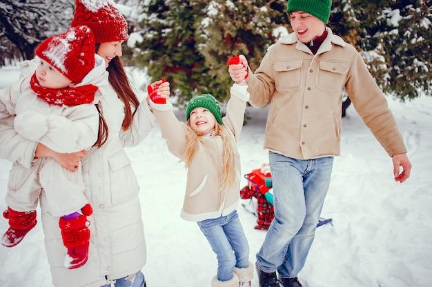 Famille avec filles mignonnes dans un parc d'hiver Photo gratuit