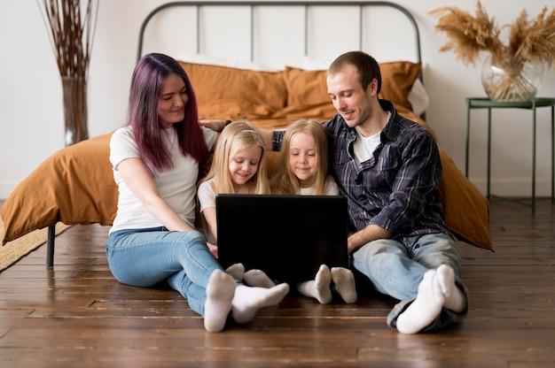 Famille Grand Angle, Regarder, Ordinateur Portable Photo Premium