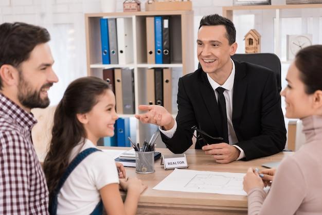 Famille heureuse achète de l'immobilier au bureau de l'agent immobilier. Photo Premium