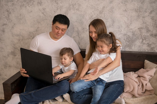 Famille Heureuse à Angle élevé Photo gratuit