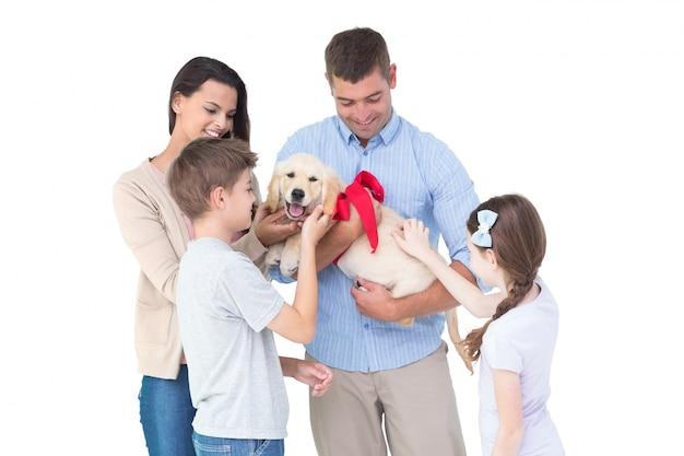 Famille heureuse avec un chien Photo Premium