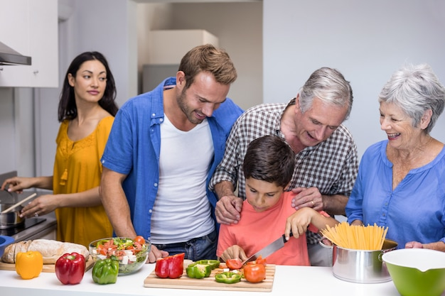 Famille Heureuse Dans La Cuisine Photo Premium