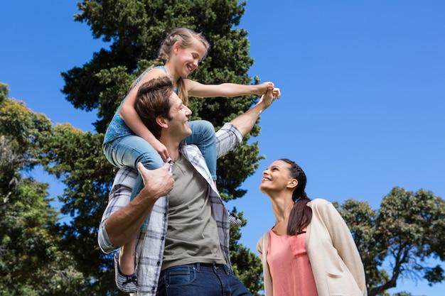 Famille heureuse dans le parc ensemble Photo Premium