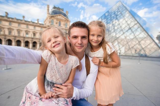 Famille heureuse avec deux enfants faisant selfie à paris Photo Premium