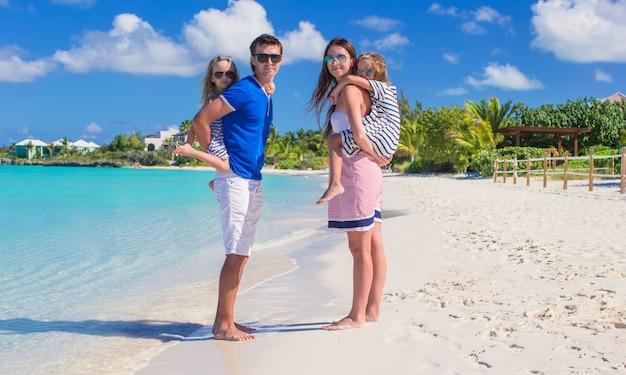 Famille heureuse avec deux enfants en vacances d'été s'amuser Photo Premium