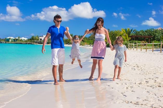 Famille heureuse avec deux enfants en vacances d'été Photo Premium