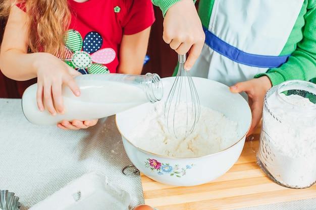 Famille Heureuse, Des Enfants Drôles Préparent La Pâte, Préparent Des Biscuits Dans La Cuisine Photo gratuit