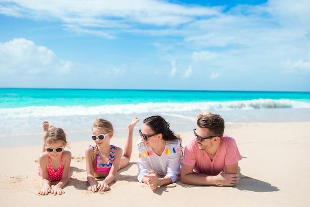 Famille heureuse avec des enfants sur la plage ensemble Photo Premium