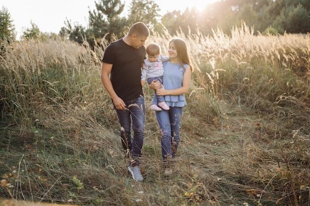 Famille heureuse à l'extérieur passer du temps ensemble Photo gratuit