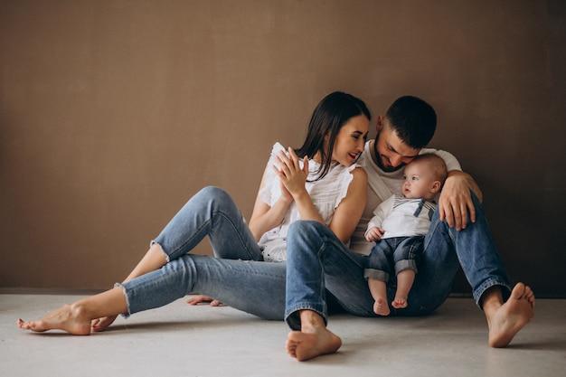 Famille Heureuse Avec Leur Premier Enfant Photo gratuit