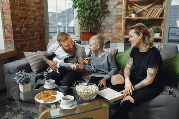 Famille Heureuse à La Maison, Passer Du Temps Ensemble. Photo gratuit