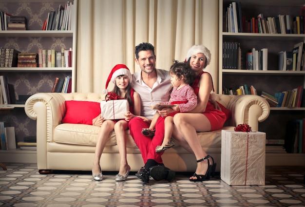 Famille heureuse à noël Photo Premium