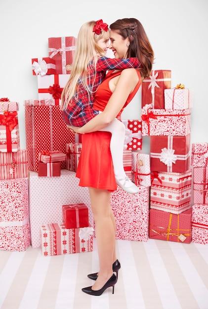 Famille Heureuse Et Nombreux Cadeaux Photo gratuit