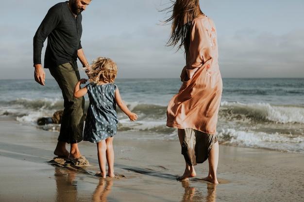Famille heureuse à la plage Photo Premium